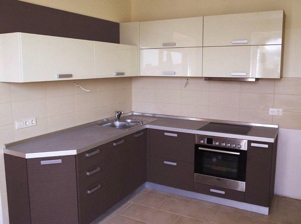 Угловая кухня в стиле модерн.