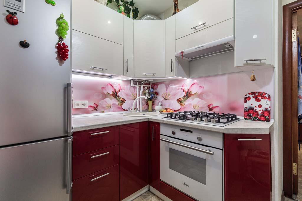 Фото угловой кухни в хрущевку на заказ. Индивидуальный дизайн.