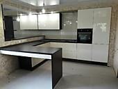 Кухонный гарнитур № 249 пластик/глянец/белый/черный с барной стойкой. Цена: 68300 руб.